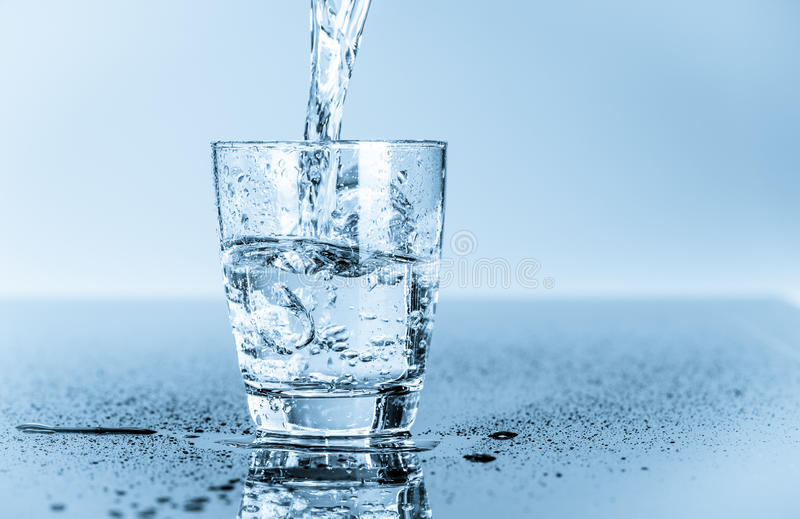 Vidro da água potável limpa fotografia de stock