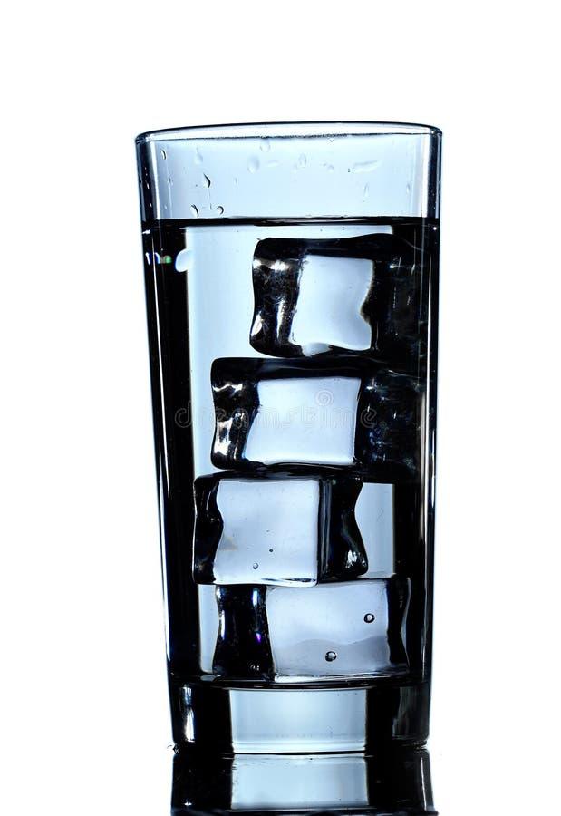 Vidro da água pura com cubos de gelo Isolado no fundo branco imagem de stock