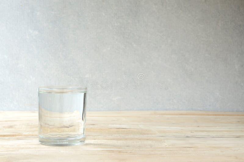 Vidro da água purified imagens de stock