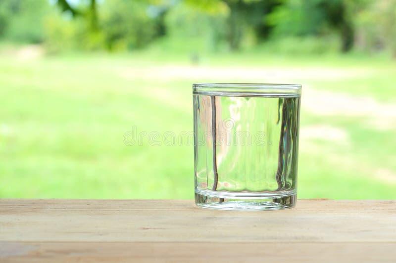 Vidro da água purified foto de stock