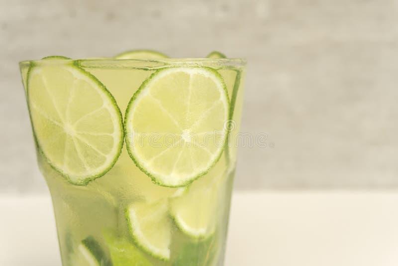 Vidro da bebida brasileira tradicional, caipirinha com limão fotos de stock