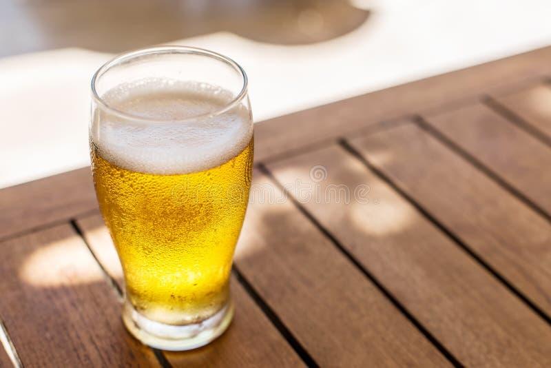 Vidro da cerveja clara na tabela de madeira fotos de stock royalty free