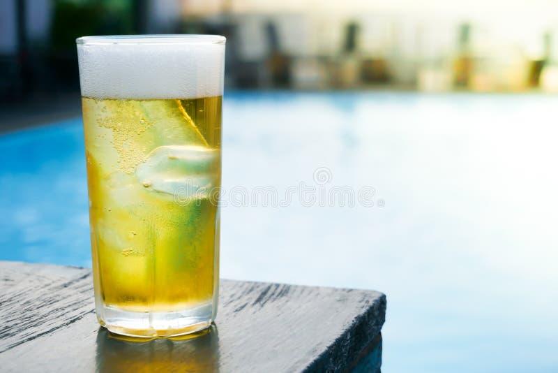 Vidro da cerveja clara na tabela de madeira na associação fotografia de stock royalty free