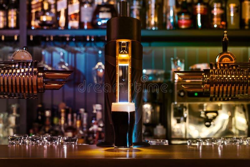 Vidro da cerveja escura imagem de stock