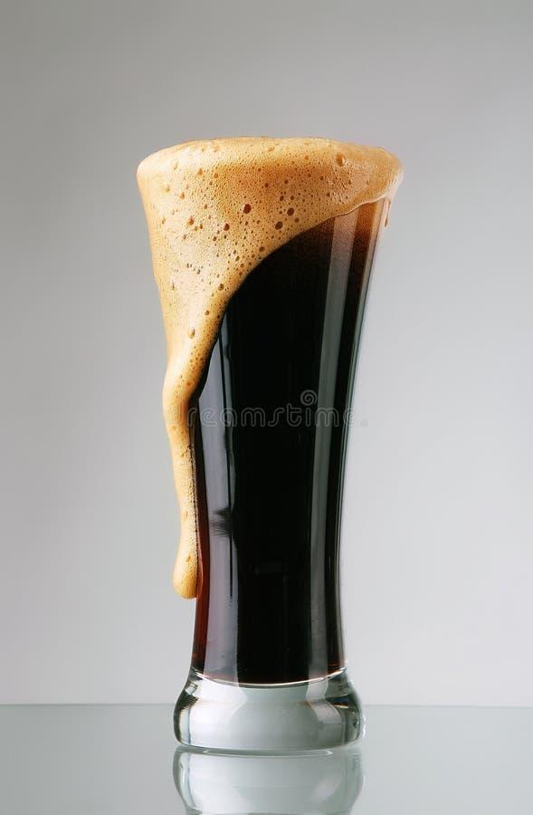 Vidro da cerveja escura imagem de stock royalty free