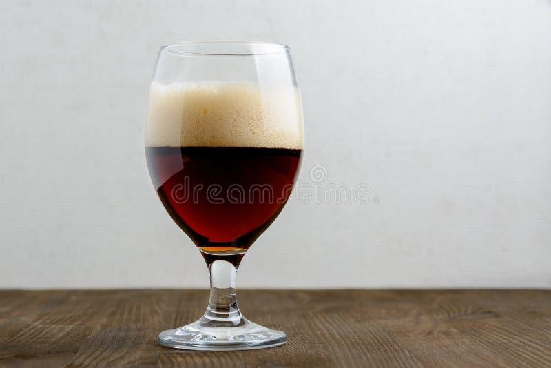 Vidro da cerveja escura fotos de stock