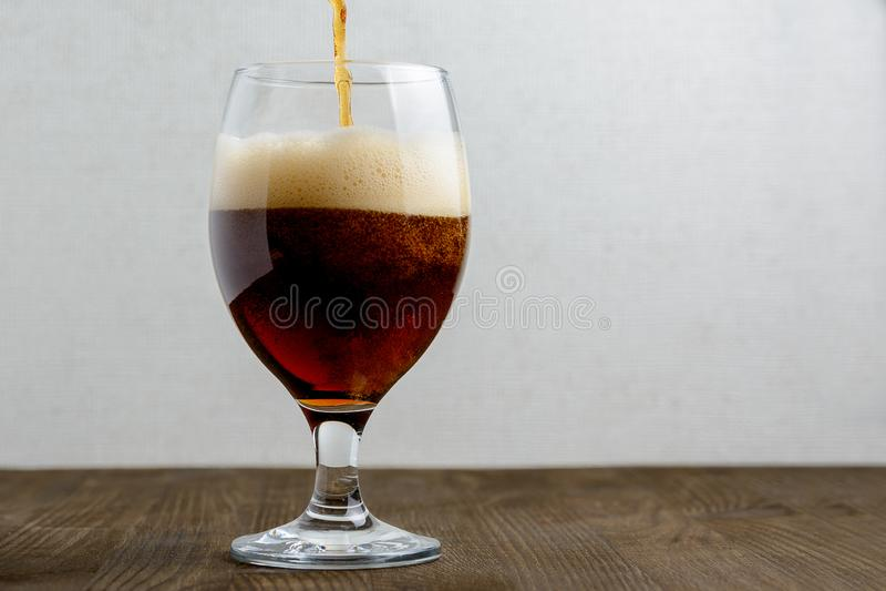 Vidro da cerveja escura foto de stock