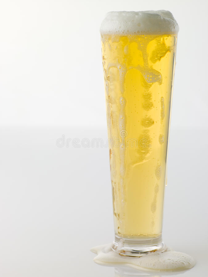Vidro da cerveja Frothy fotografia de stock