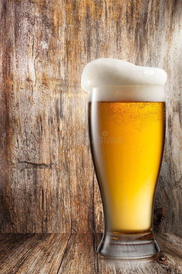 Vidro da cerveja no fundo de madeira fotos de stock