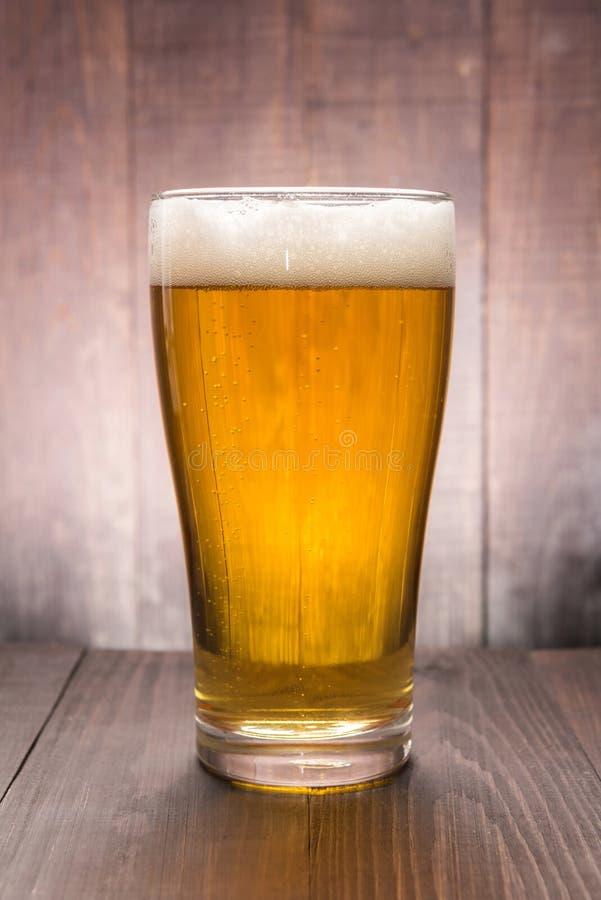 Vidro da cerveja no fundo de madeira foto de stock royalty free