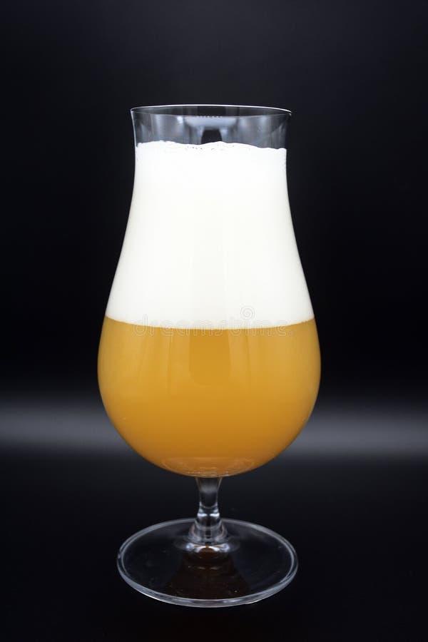 Vidro da cerveja no fundo preto, vidro da cerveja fotografia de stock
