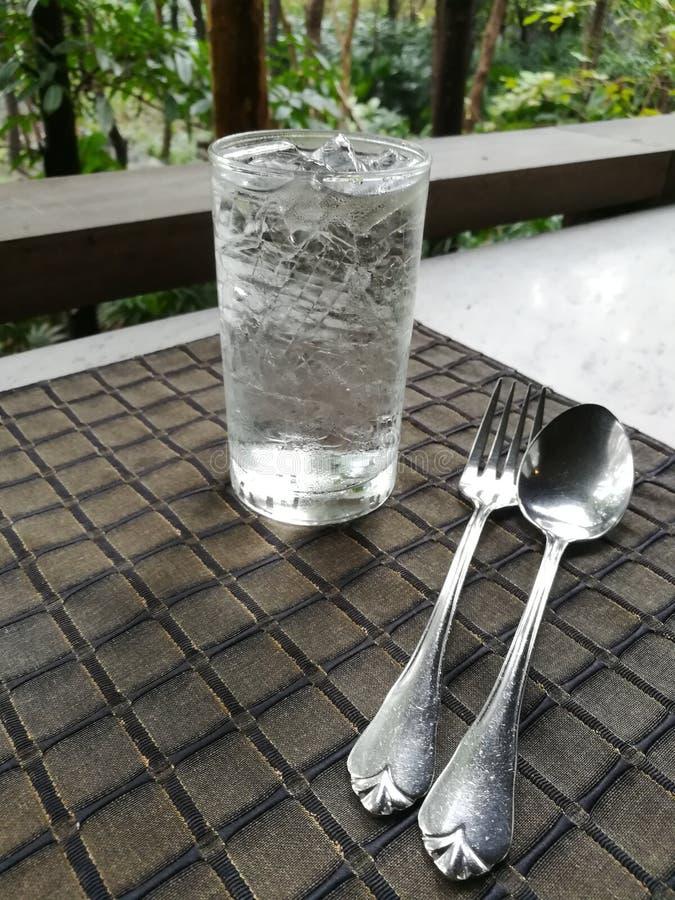 Vidro da colher, da forquilha e de água imagens de stock