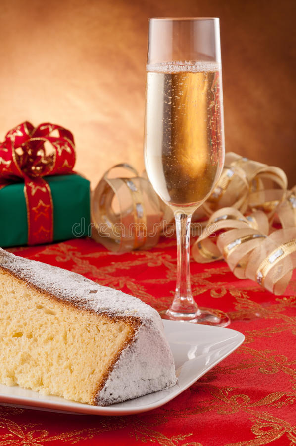 Vidro da fatia do champanhe e do pandoro imagem de stock