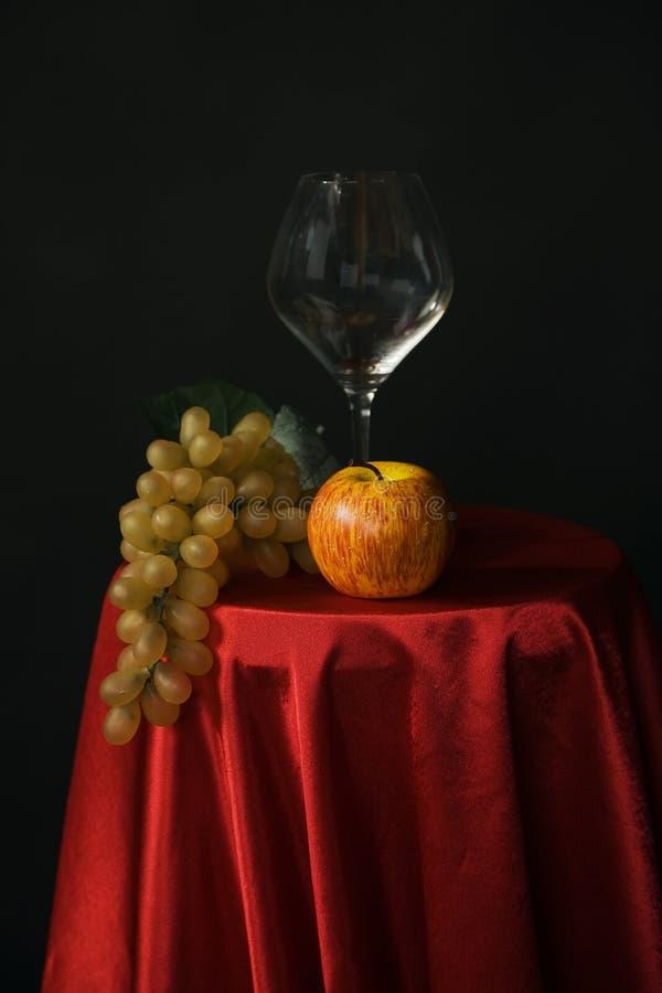 Vidro da fruta e de vinho imagem de stock royalty free
