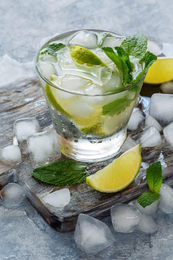 Vidro da limonada caseiro com cal e hortelã imagens de stock royalty free
