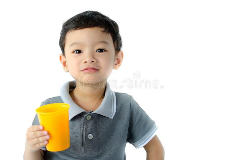 Vidro da posse do rapaz pequeno da água. foto de stock royalty free