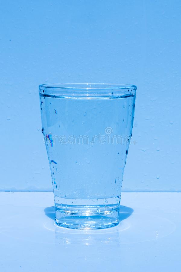 Vidro de água, espirrando a água, frescor fotos de stock royalty free