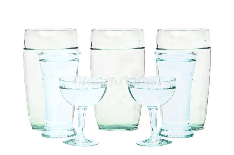 Vidro de água isolado com o trajeto de grampeamento incluído foto de stock