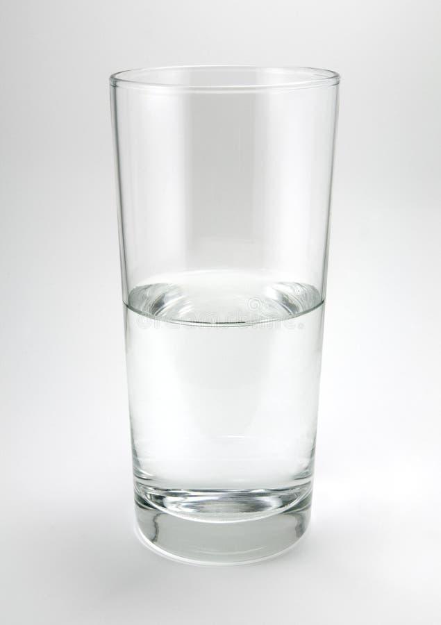 Vidro de água no cinza foto de stock