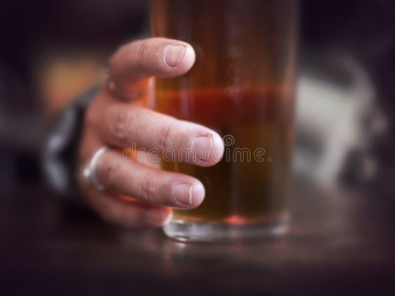 Vidro de agarramento da mão da cerveja fotos de stock royalty free