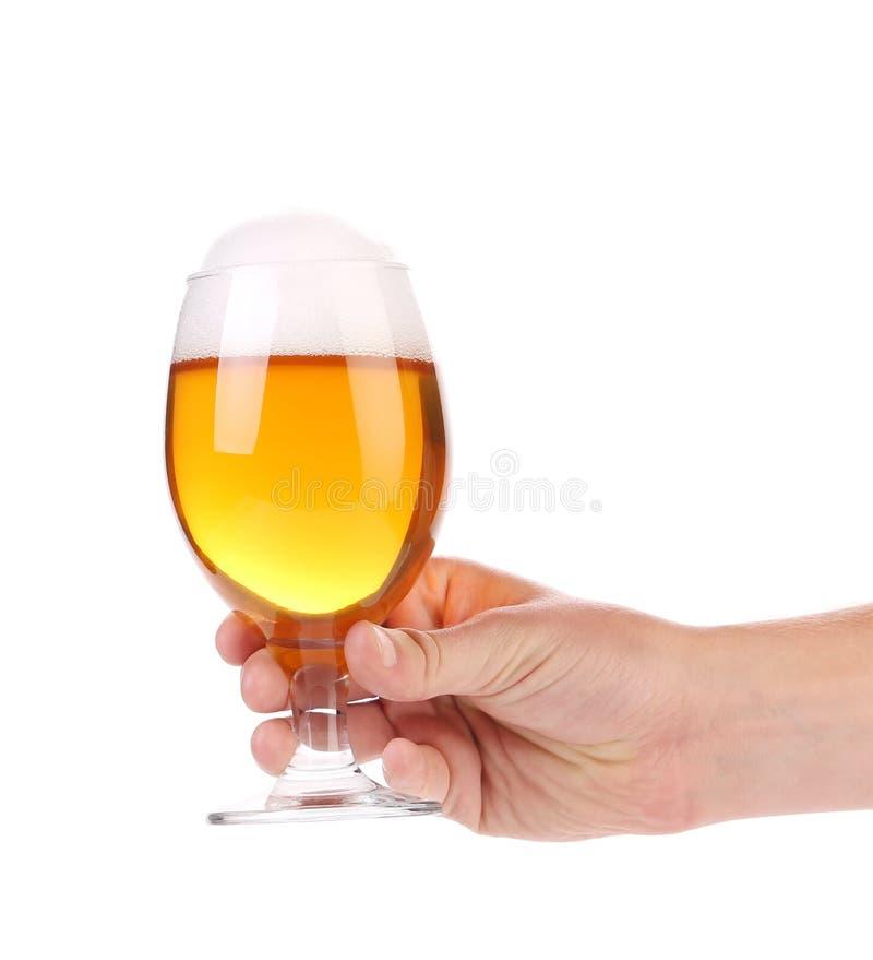 Vidro de cerveja completo à disposição. imagens de stock