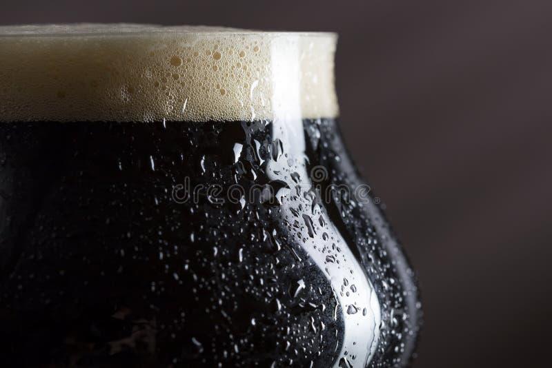 Vidro de cerveja escura molhado fotografia de stock royalty free