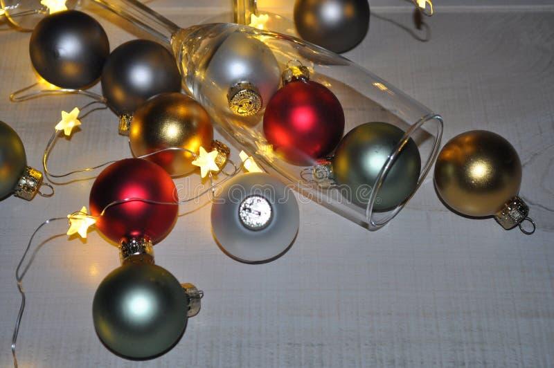 Vidro de Champagne dos ornamento com luzes da estrela imagens de stock