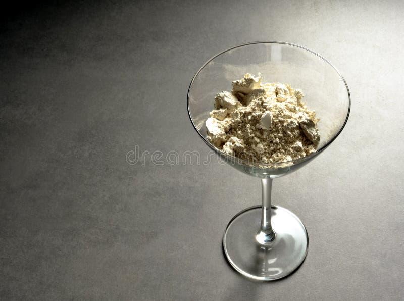 Vidro de cocktail com terra diatomaceous foto de stock