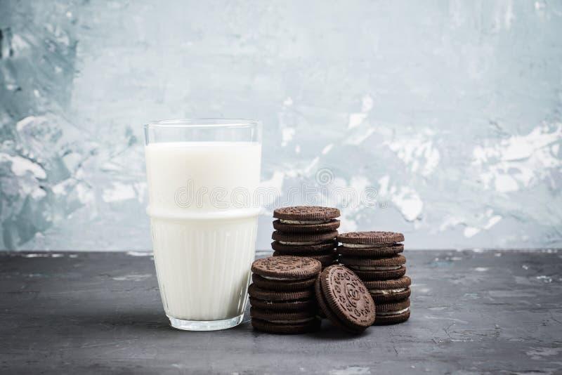 Vidro de cookies frias do leite e do chocolate no fundo rústico imagem de stock royalty free