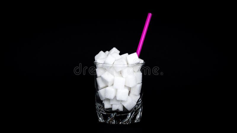 Vidro de cubos do açúcar fotos de stock