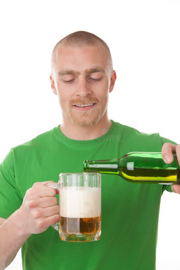 Vidro de derramamento do homem da cerveja fotos de stock