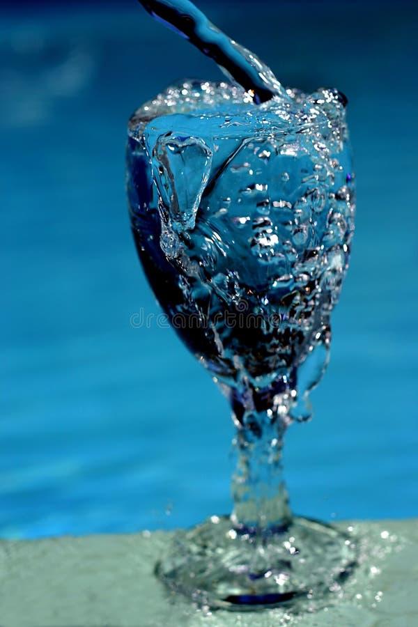 Vidro de enchimento da água imagem de stock