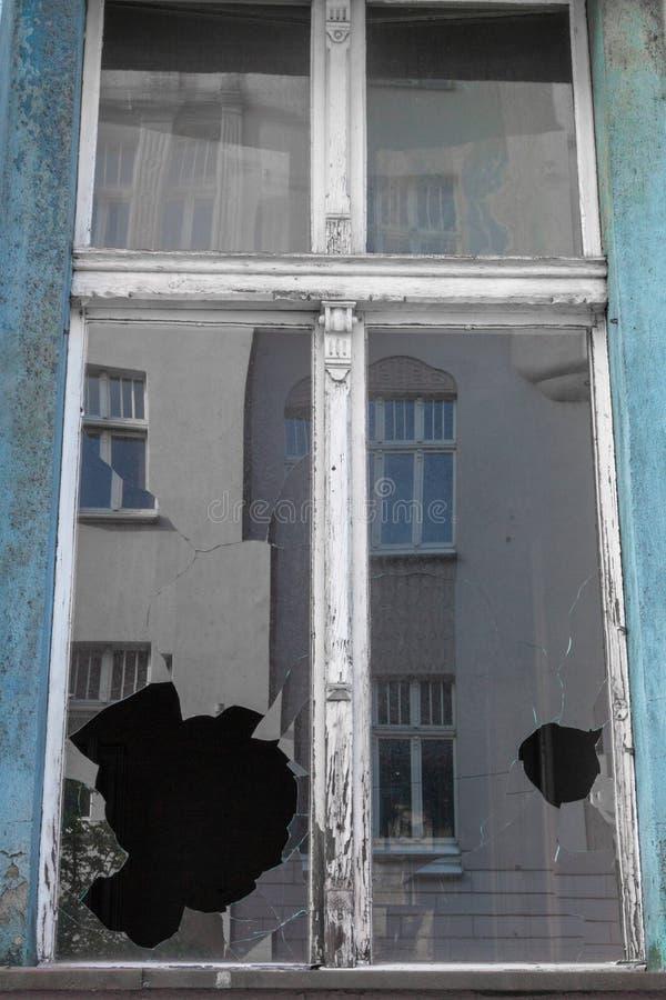 Vidro de janela quebrado na construção velha abandonada Fachada suja Conceito da destruição Conceito do vandalismo Exterior da ar imagens de stock royalty free