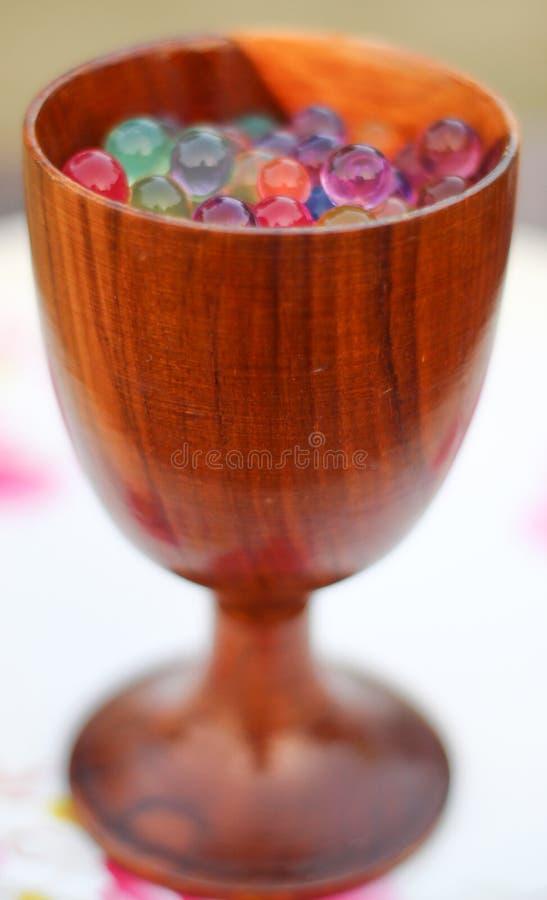 Vidro de madeira com bolas da geleia imagem de stock royalty free