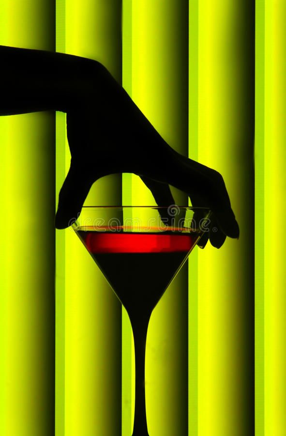 Vidro de martini da terra arrendada da mão fotografia de stock royalty free