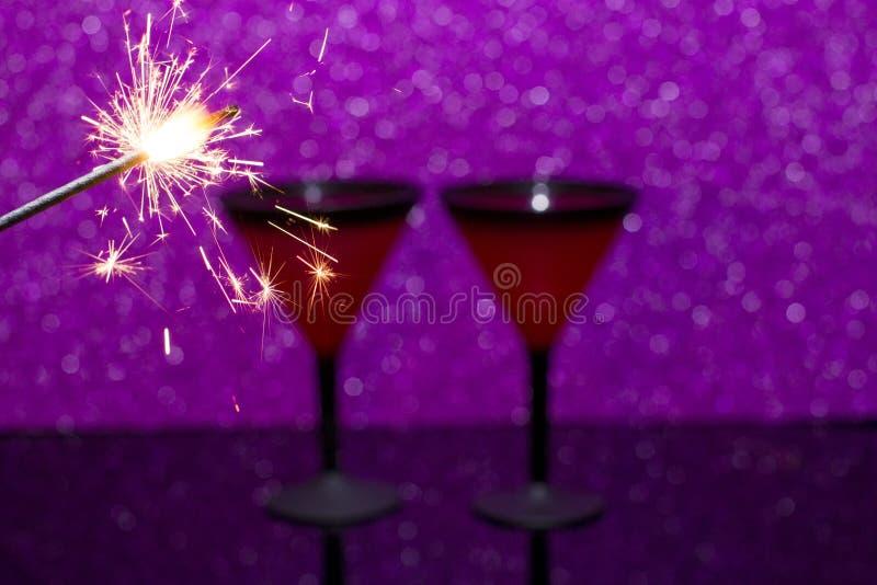 Vidro de Martini no fundo de vidro preto O fogo de queimadura de Bengal é a chama do Natal imagem de stock