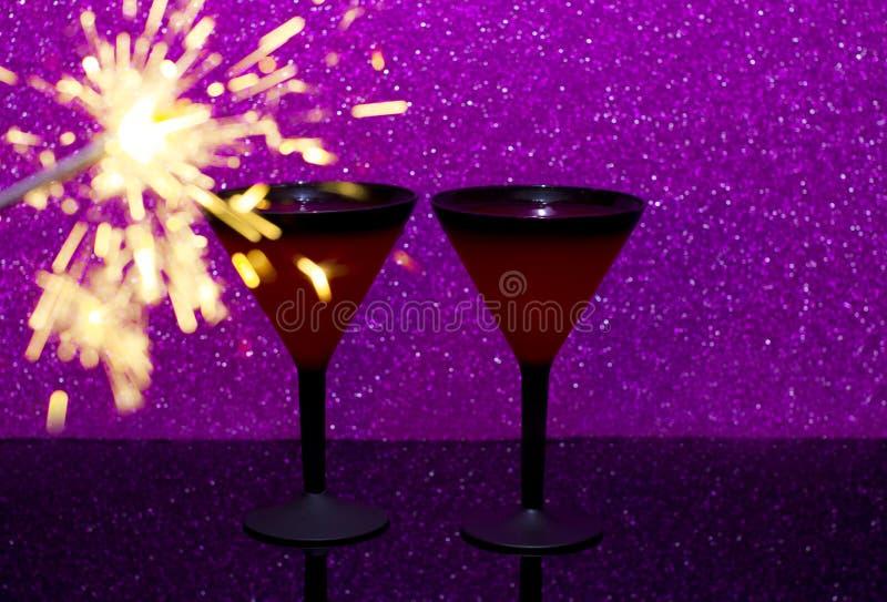Vidro de Martini no fundo de vidro preto O fogo de queimadura de Bengal é a chama do Natal fotografia de stock