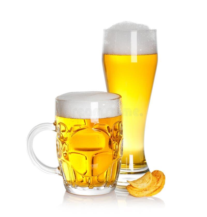 Vidro de microplaquetas da cerveja e de batata imagem de stock royalty free