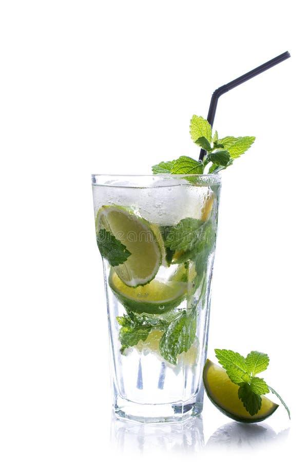 Vidro de refrescamento do mojito da bebida do verão da tradição com o cal e a hortelã isolados imagem de stock