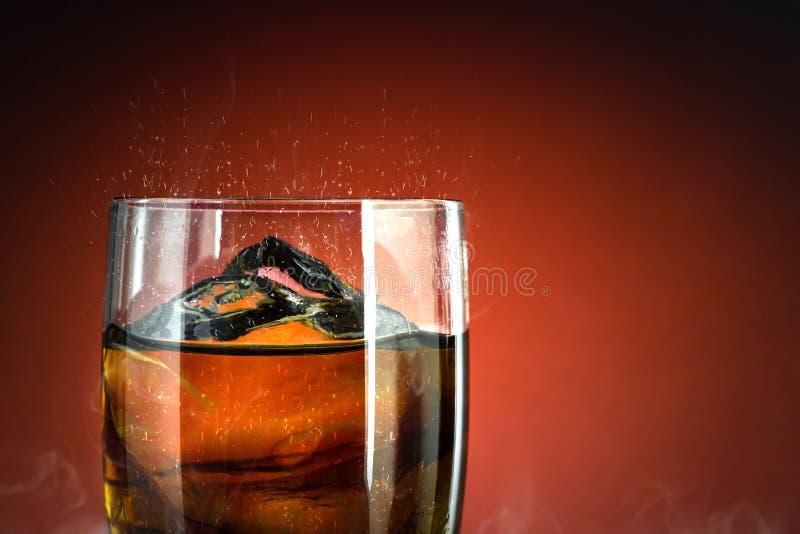Vidro de refrigerante com abertura de gelo sobre fundo de fumo fresco Vidro de cola com refresco de verão foto de stock