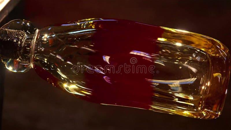 Vidro de sopro, fornalha de vidro, imagem de uma fábrica produzindo o copo de vidro, sopro de vidro na fábrica fotos de stock
