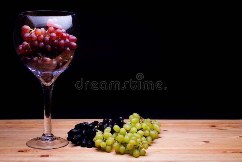 Vidro de uvas vermelhas da vitória Da uva da variedade vida ainda Pintura clássica imagens de stock royalty free