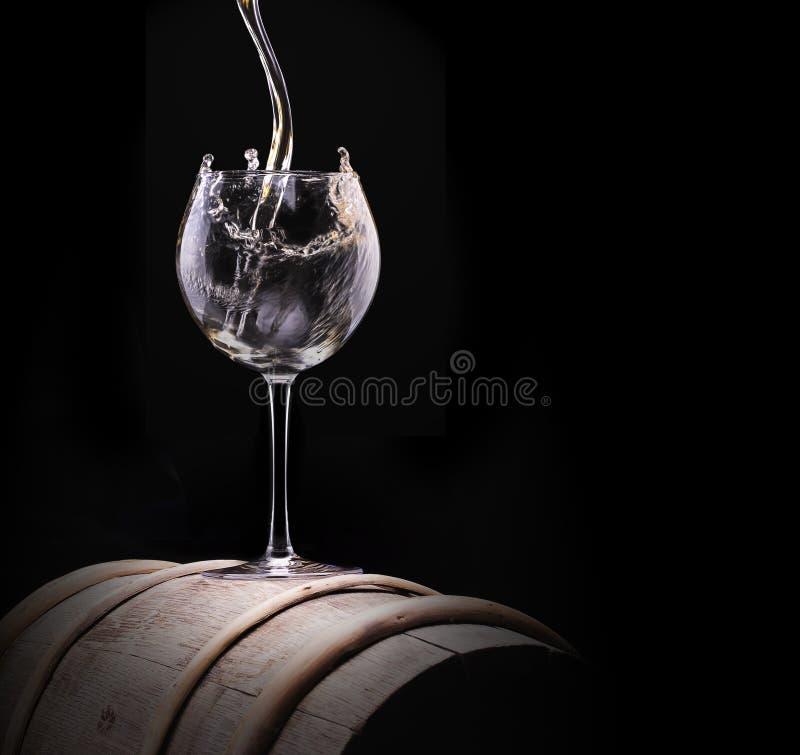 Vidro de vinho branco elegante no fundo preto imagens de stock royalty free
