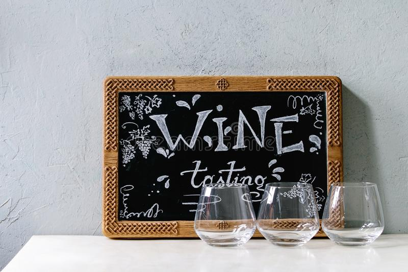 Vidro de vinho ca?do imagens de stock royalty free