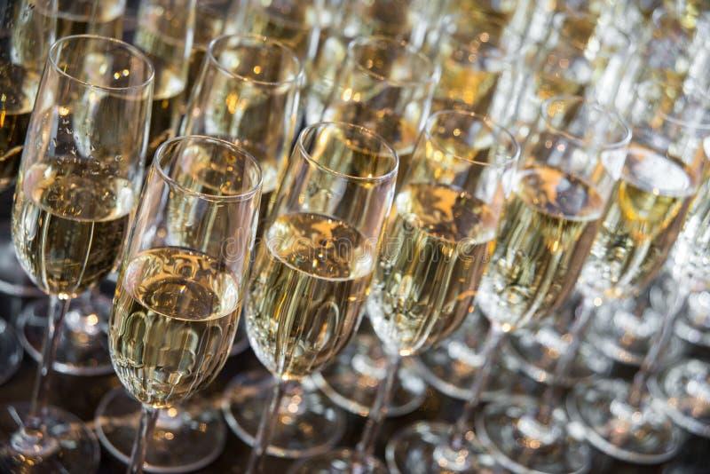 Vidro de vinho com champanhe foto de stock