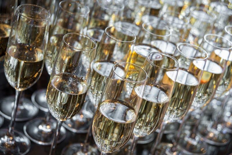 Vidro de vinho com champanhe fotos de stock royalty free