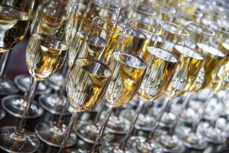 Vidro de vinho com champanhe imagens de stock royalty free