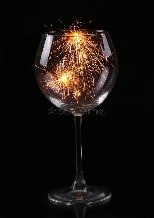 Vidro de vinho com um chuveirinho Em antecipação ao ano novo e ao Natal imagens de stock