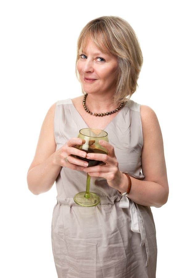 Vidro de vinho de sorriso da terra arrendada da mulher imagem de stock royalty free