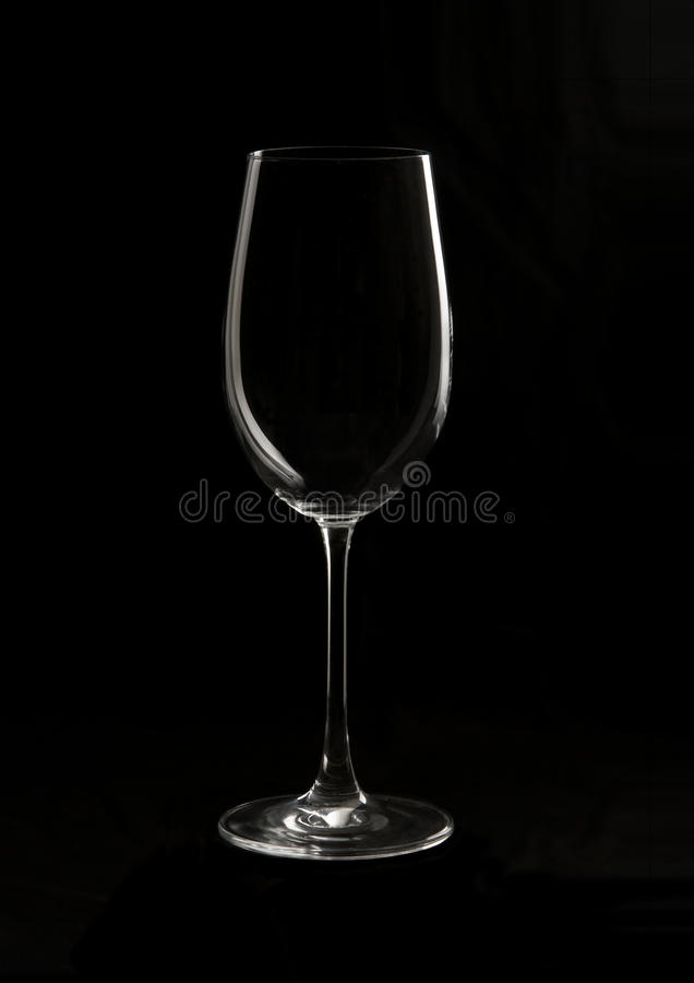 Vidro de vinho em um fundo preto fotografia de stock royalty free